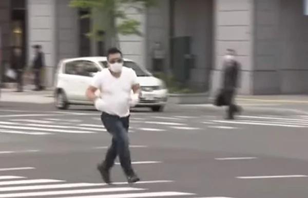 日本街头警匪追逐太搞笑 网友傻眼:在慢跑吗?