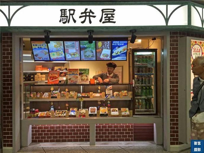 网友对比日本铁路便当和中国高铁盒饭 直呼心酸