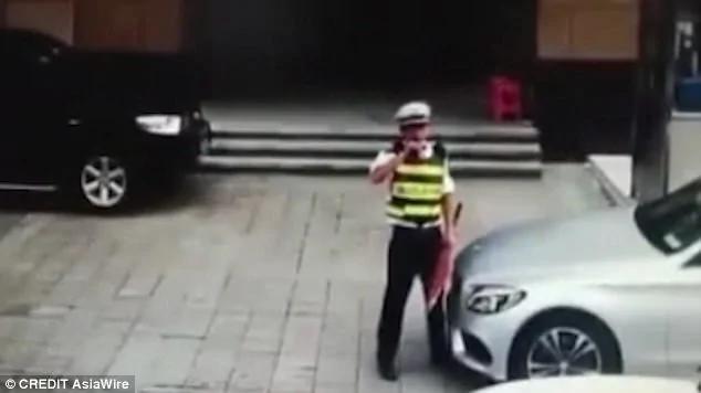 保安躺地阻止豪车进停车场 司机径直碾过
