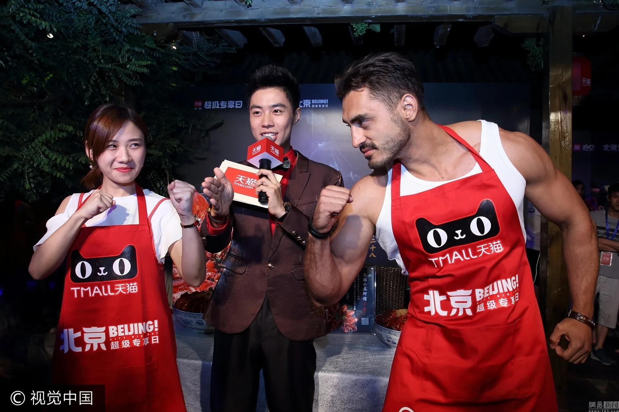 中国美女大胃王狂撸40斤小龙虾 干掉洋壮汉