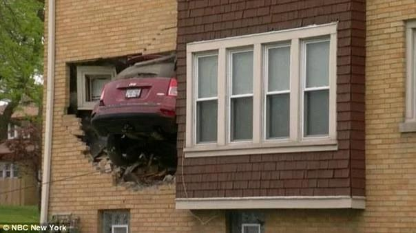 女司机凌晨驾车穿墙 撞入别人家客厅