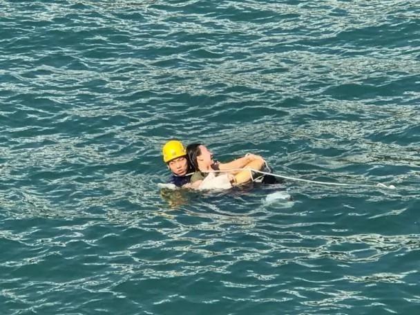 大陆女子跳海自杀 外国男子跳入水中救人