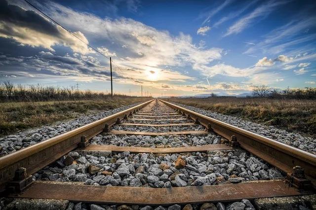 两小伙互换了一张火车票 没想到5年后命运截然不同!