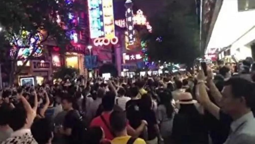 南京路万人游行 大批警察镇压多人被带走