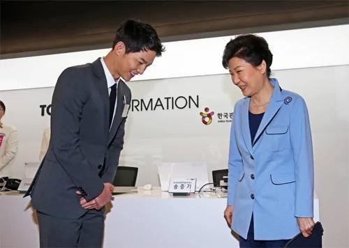 韩媒称朴槿惠是宋仲基迷妹 曾指示特殊照顾他