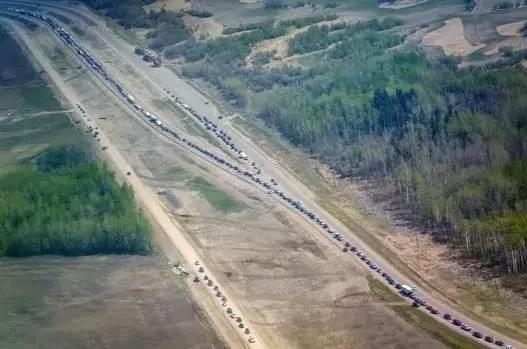 加拿大小城10万人大逃亡,路上堵车,车辆排成长龙,却没人超车,占用应急车道。(网络图片)