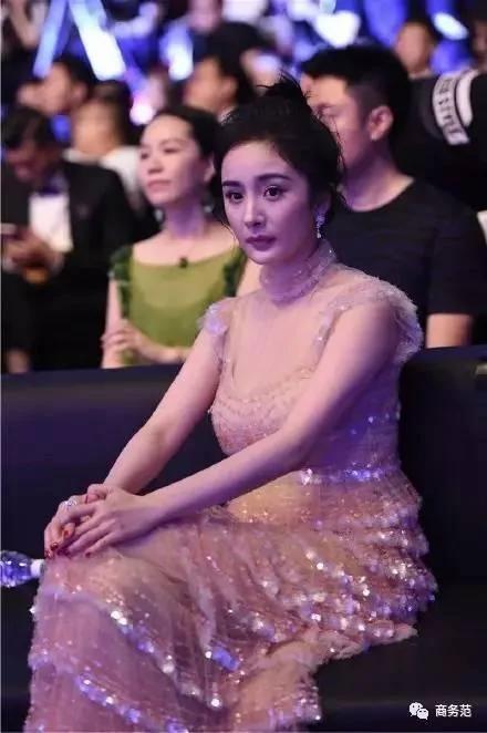 上海电影节女明星的脸:杨幂带俩假脸人 周迅脸僵