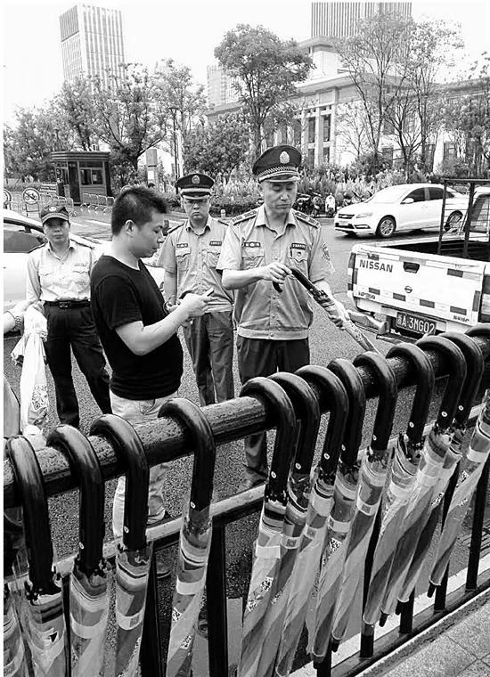 """5万把共享雨伞现身杭州 一天就遭城管""""下架"""""""