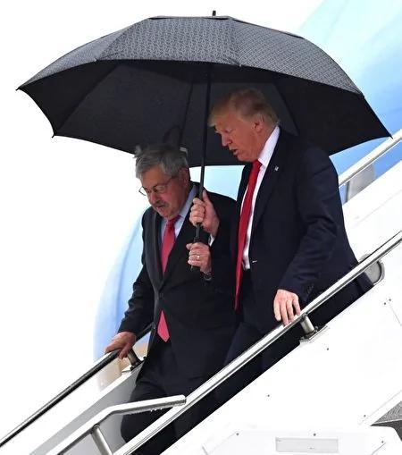 川普给下属撑伞惊呆中国人 不是为讨好是正常