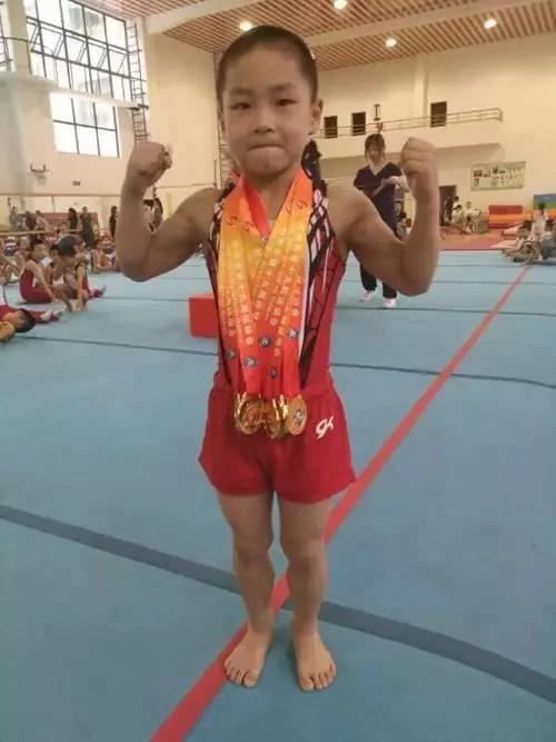杭州7岁男童练出8块腹肌 秒杀肌肉男