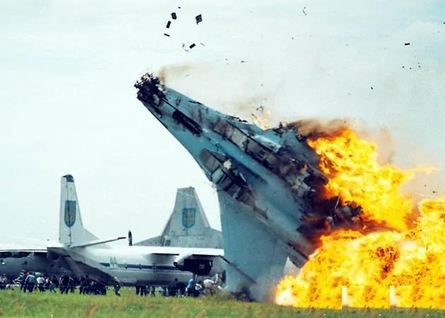 飞行表演 22吨战机撞向人群!死伤600多人