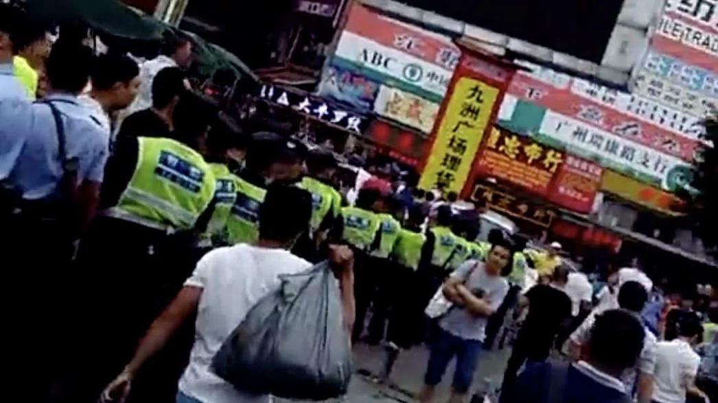 三轮车、电动车被禁 广州布匹市场档主千人抗议