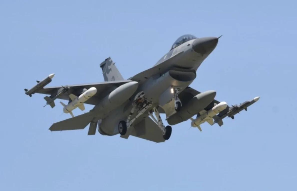 """""""辽宁号""""刚走""""轰六""""又至 台湾4架F-16战机携飞弹环伺"""