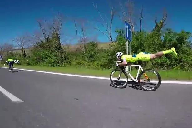 """意大利自行车手""""超人""""飞行姿势骑行 速度惊人"""