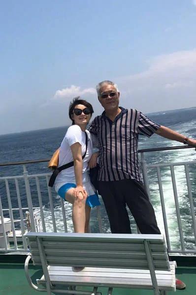44岁袁立晒生活照 合影人身份引网友热议