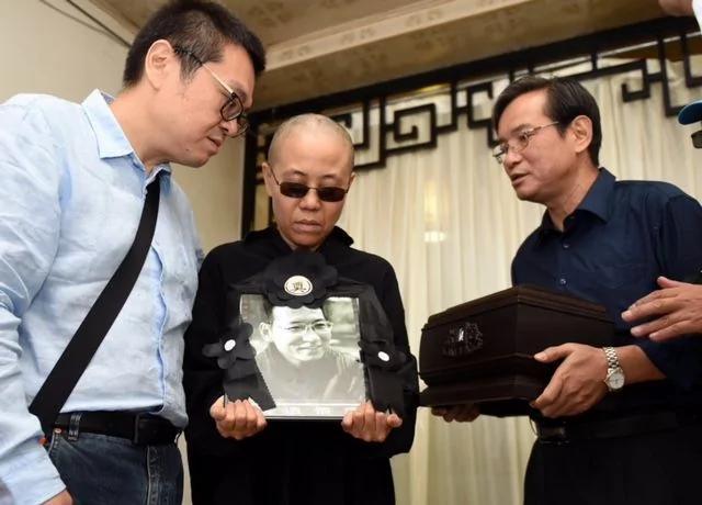 """刘晓波骨灰撒大海 家属记者会上""""感谢党"""""""