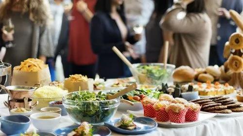 有趣的一个测试,如果你是第一次去到一个大家庭和许多人一起吃饭,你会怎样吃?(图片来源:Adobe Stock)
