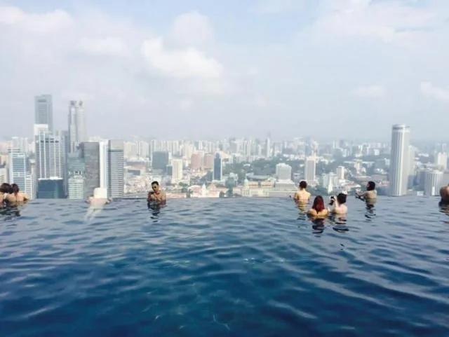 新加坡酒店的这个无边泳池 位于55层楼上 高198米!