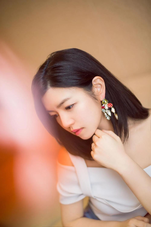 陈妍希结婚周年现身合肥 露肩装明媚柔美