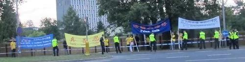 張德江波蘭行遭遇法輪功零距離抗議:中共不等於中國 愛國不等於愛黨 圖集