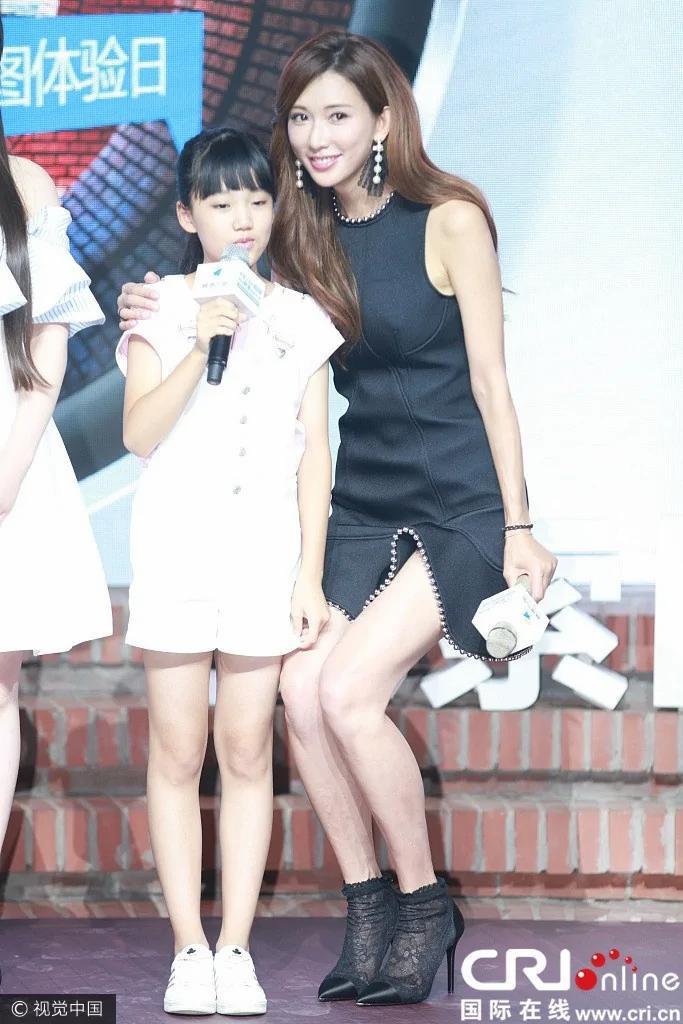 林志玲被大妈抓玉手弯腿自降身高露腿根性感撩人