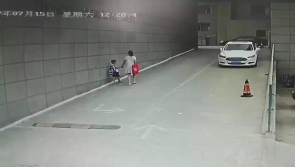 单亲妈妈被2陌生男子暴打 6岁儿子吓哭