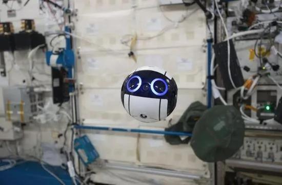 空间站除了宇航员还有这些机器人 大多有去无回