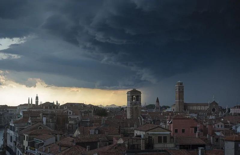 暴风雨前奏!威尼斯上空雨云滚滚而来