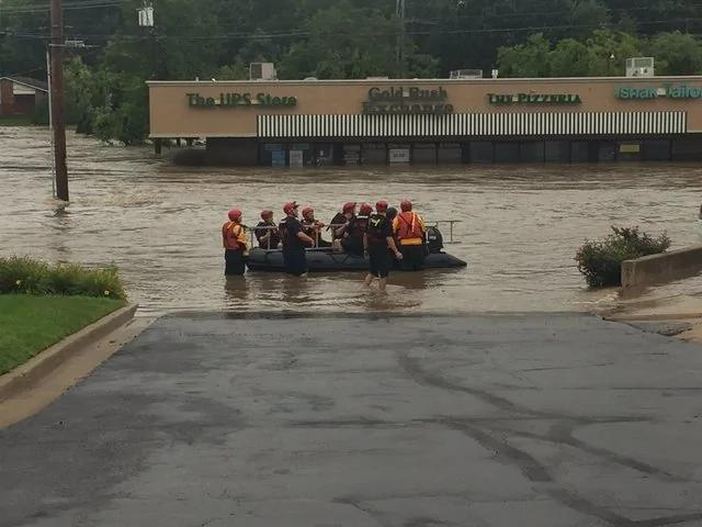 美国中部淹大水:汽车冲走 公路关闭