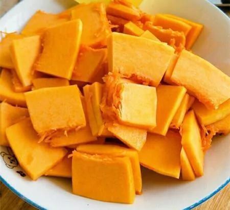 原本以为南瓜只能蒸着吃 这样做又香又好吃!做法简单 一个电锅就做好!