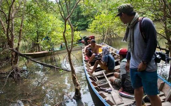 慎入:河里发现浮悬木头 砍开瞬间就震惊了