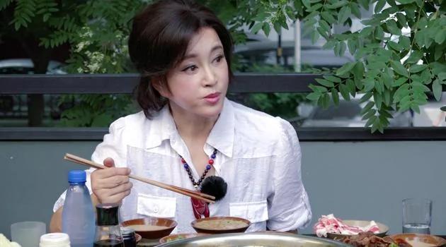 61岁刘晓庆自曝从不减肥 老公说的一句话甜炸