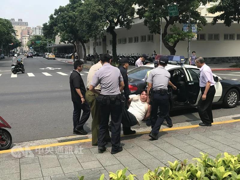 偷武士刀 攜五星旗 砍傷憲兵 這名台灣男子要幹什麼?