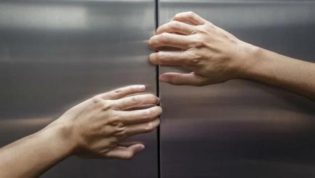 消防局:受困在电梯时 你必须先做这4件事