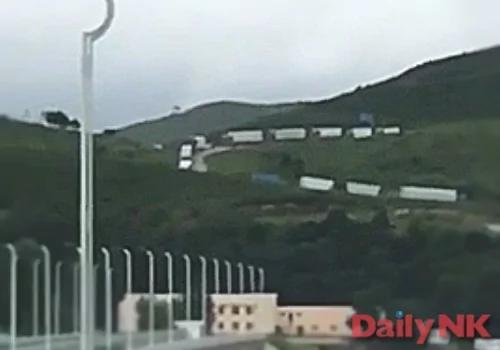 中国企业大批撤离朝鲜 数百车辆排长队过海关