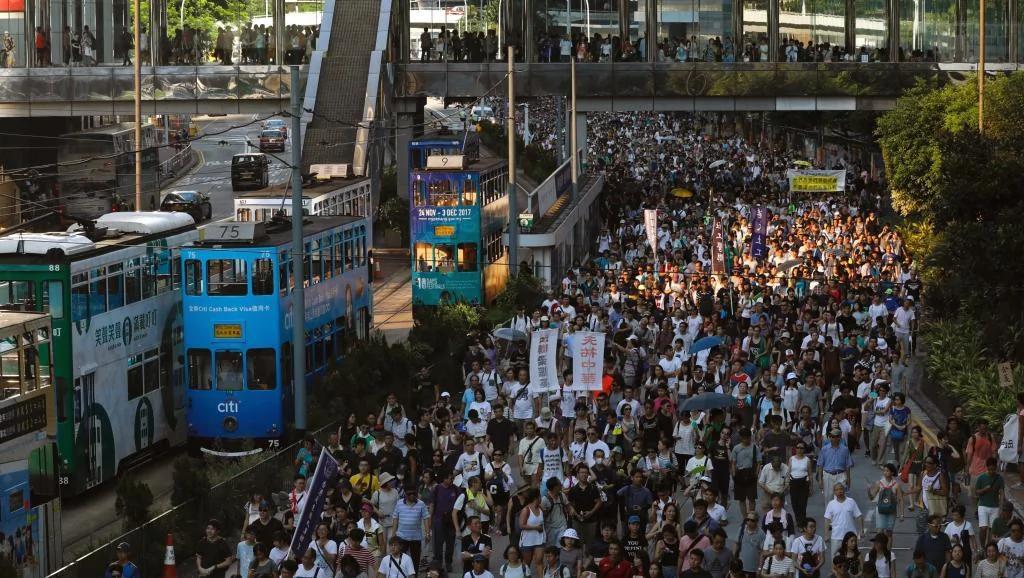 香港數千人上訴法庭前抗議司法判監三學子