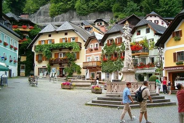 """奥地利""""世界最美小镇""""陆客激增 居民不堪其扰"""