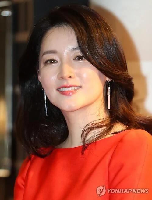 韩星李英爱为韩炮军爆炸事故伤亡官兵捐款