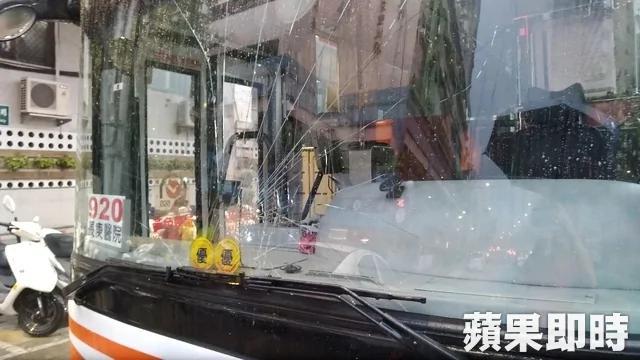 台灣狂男撞公車練鐵頭功 擋風玻璃遭殃