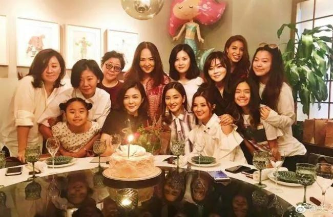 关之琳欢庆55岁生日 一桌美女顏值爆表