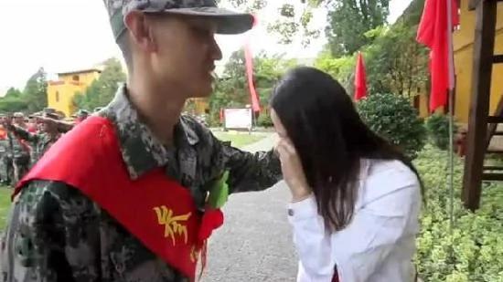 美女留学前送男友从军:2年后回来要嫁给他