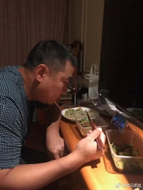 刘国梁吃饭用手机看全运会 无缘赛场仍心系乒乓