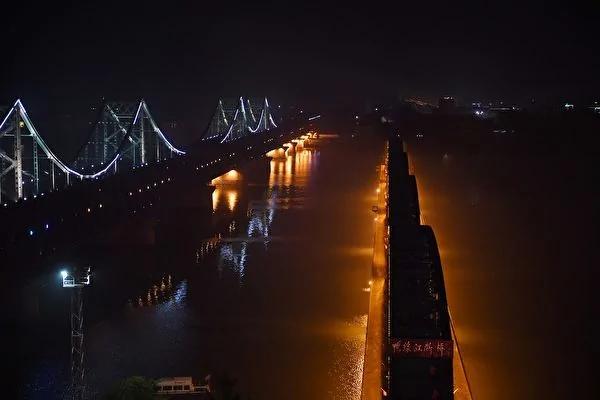 朝鲜半岛三国志的终极症结,围绕着结束共产主义的最终战斗。图为中朝边境上辽宁丹东的鸭绿江断桥(右)和中朝友谊大桥。断桥是第一次朝鲜战争的遗迹,河对面是朝鲜的新义州市。(Getty Images)