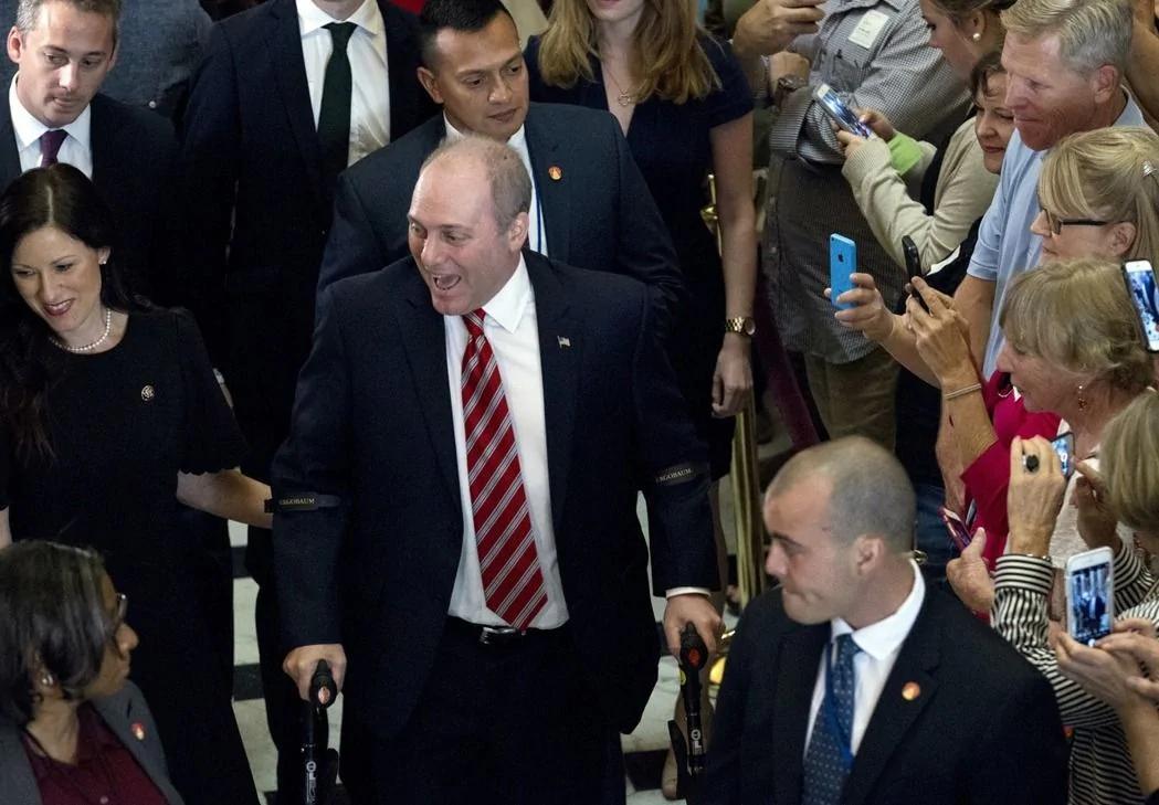 奇迹发生了!遭枪击重伤的美众议员返回国会