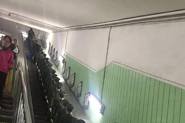 """""""十九大""""前夕,大陆各地安保升级,在北京朝阳门地铁站内大批军人排队上电梯,被网友拍到。(微博网友""""周周小园"""")"""