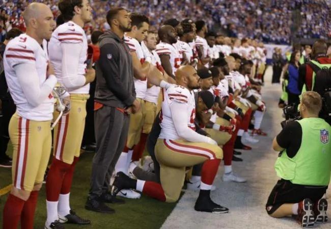 川普赢了 美足联盟要求球员奏国歌时站立