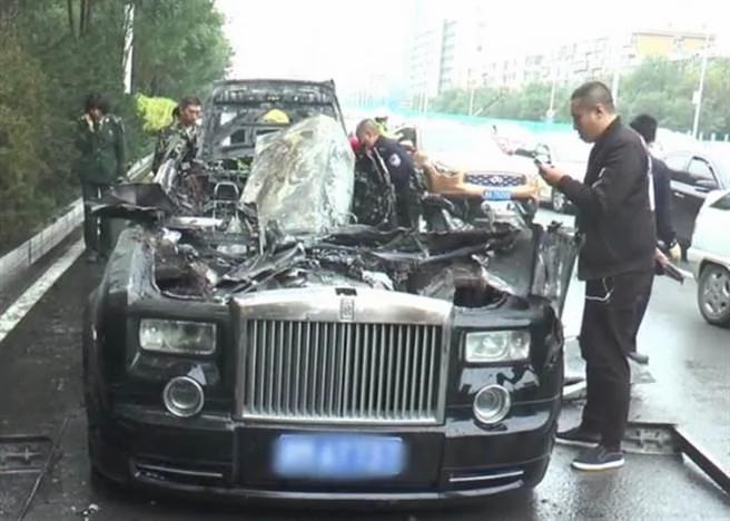 接完新娘就爆炸!劳斯莱斯礼车自燃…下一秒变废铁