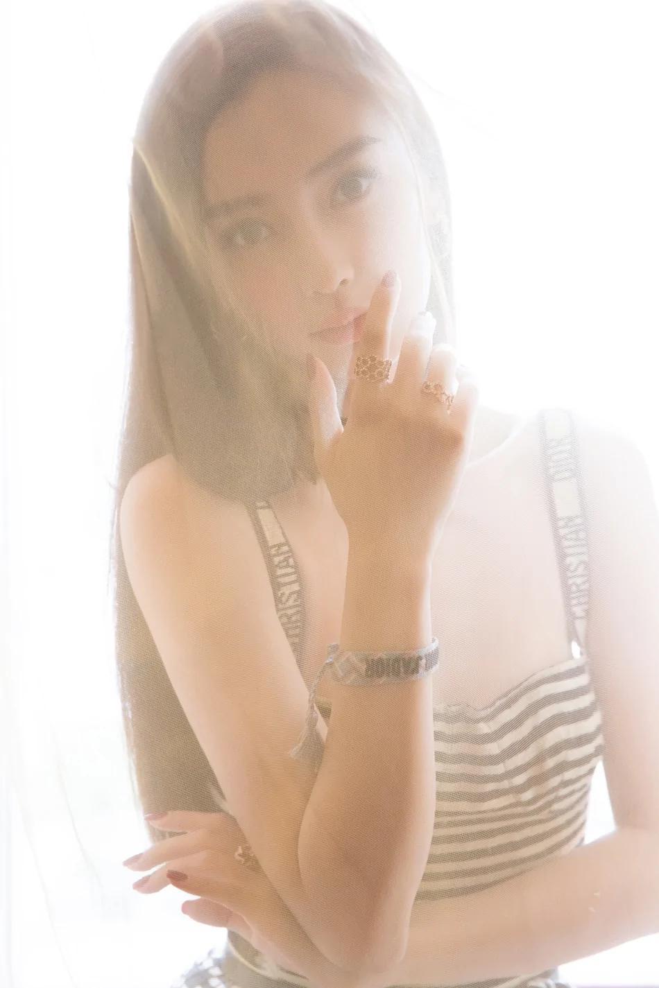 Angelababy條紋百褶紗裙甜美夢幻 盡顯少女心