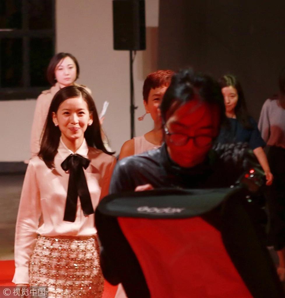 「奶茶妹妹」章澤天撩發燦笑 少女感十足