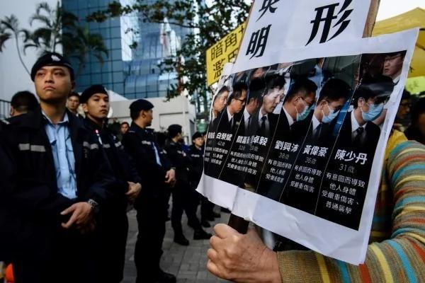 警察打人只能写「挥警棍」 港学者:媒体普遍自我审查